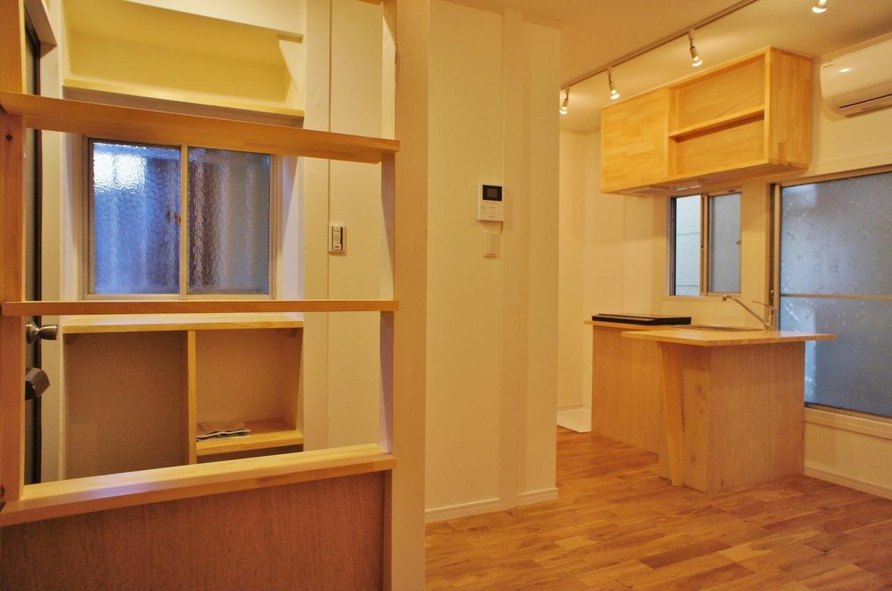 全体的に木目調が印象的なこちらのお部屋。右奥に見えるのがキッチンです。窓も多いし日当たり、風通しも抜群に良いお部屋です。