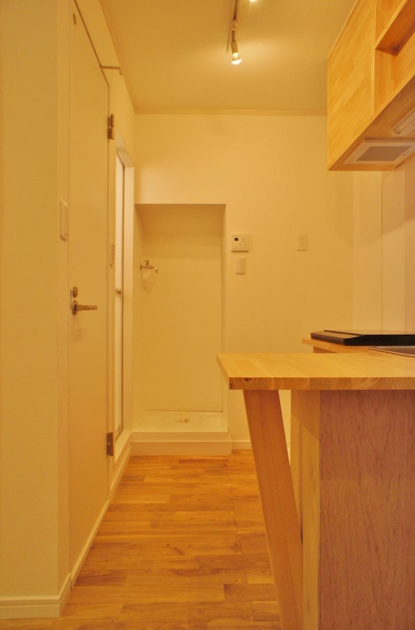 キッチンの奥から先に、トイレやお風呂などの水回りがすべてそろっています。あっちこっちに行かずとも全部近くで完結できるのがうれしい!