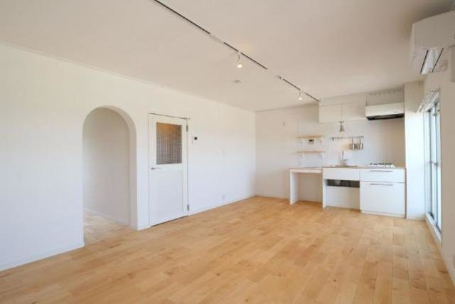 """最後はこちら。13畳のひろーいリビングの奥にキッチンがありますね。お部屋はgoodroomのオリジナルリノベーション""""TOMOS""""仕様のおしゃれなお部屋です。"""