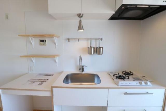 キッチンは作業スペースの広い、白でまとめられたかわいらしいキッチン。すでに棚がついているので、ここに調味料などを置いたらいいですね。かわいい瓶に移し替えたらきっともっとおしゃれなキッチンになりますよ。