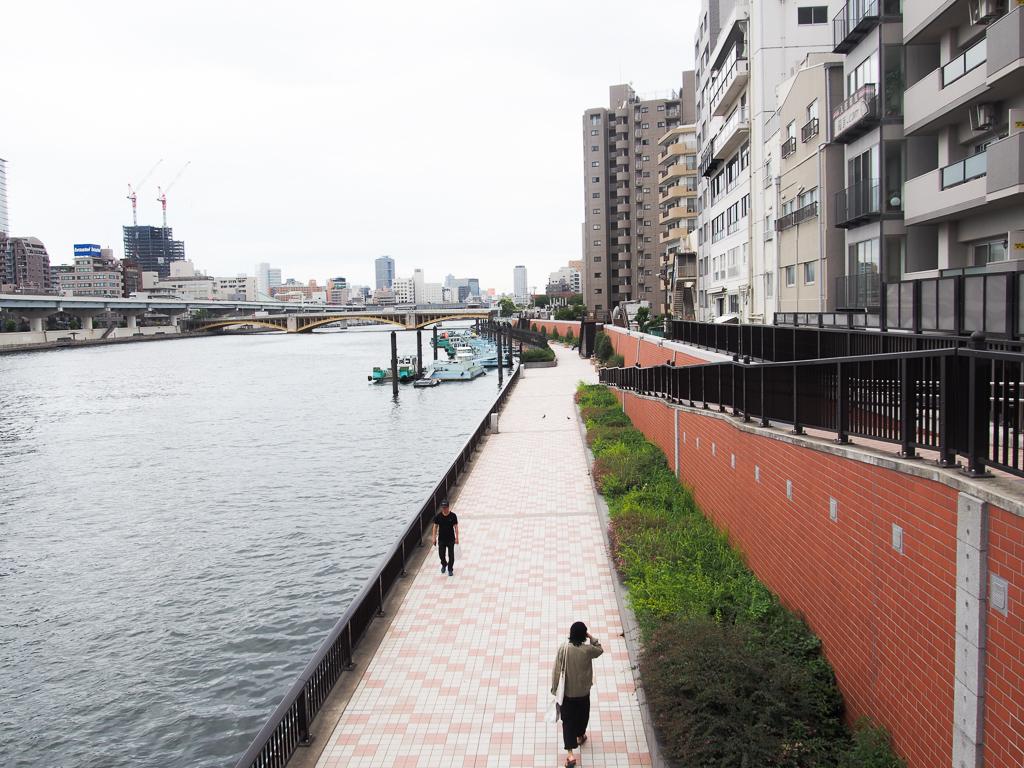 隅田川テラス。散歩する人もちらほら。