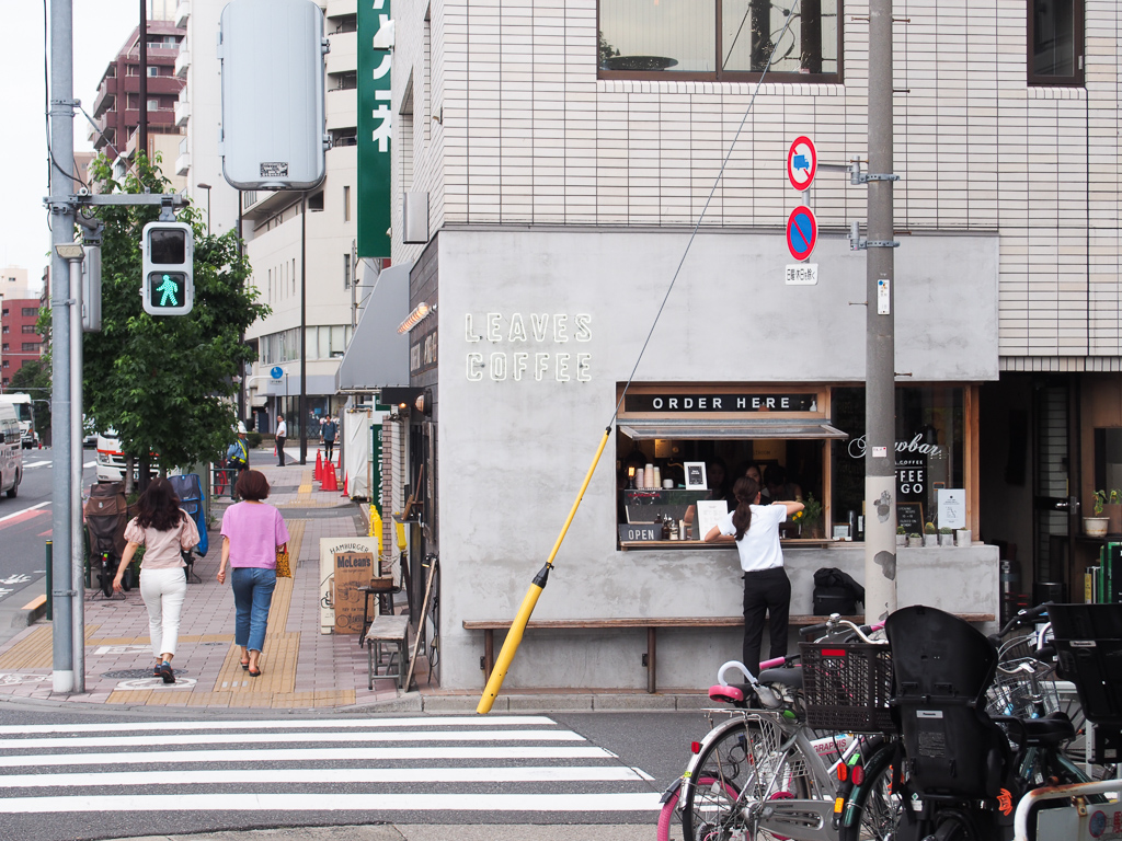 駅前にある、「LEAVES COFFEE APARTMENT」