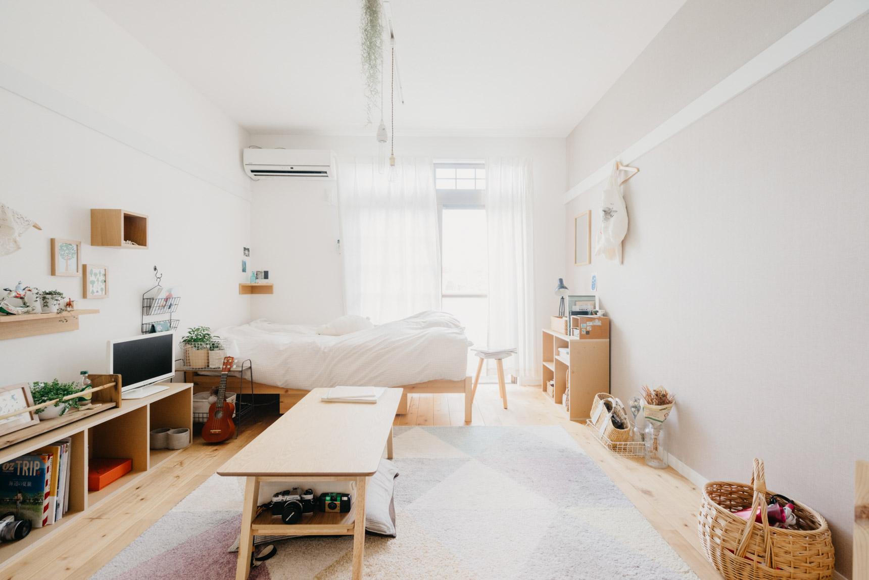 明るい1Kのお部屋。すべて色の揃った木の家具で統一されていて、ナチュラルな雰囲気がとても素敵です。