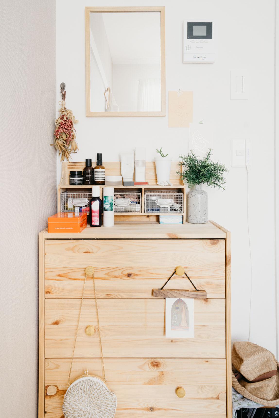ドレッサー台の上にも、salut! で購入した小さな棚を置いて、細々としたものをきちんと収納。