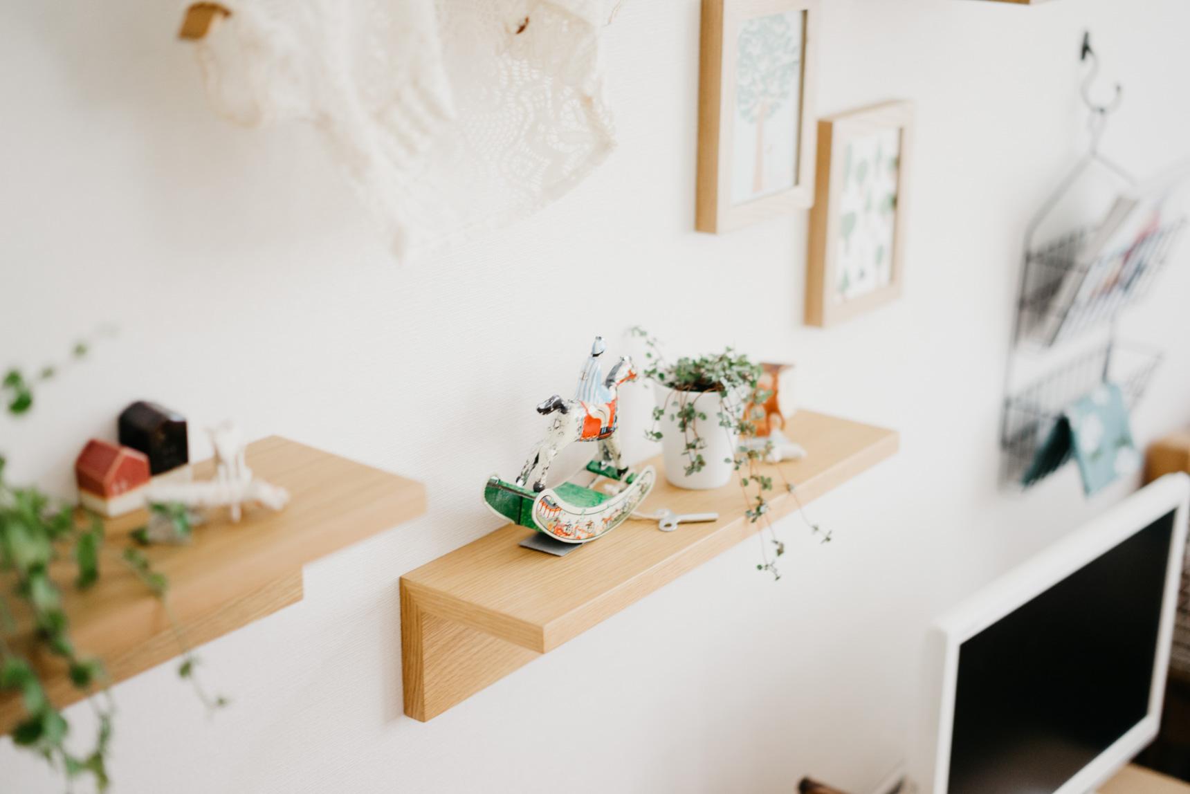 無印良品の「壁に付けられる家具」を使って、ちょっとした飾り棚をつくっています。