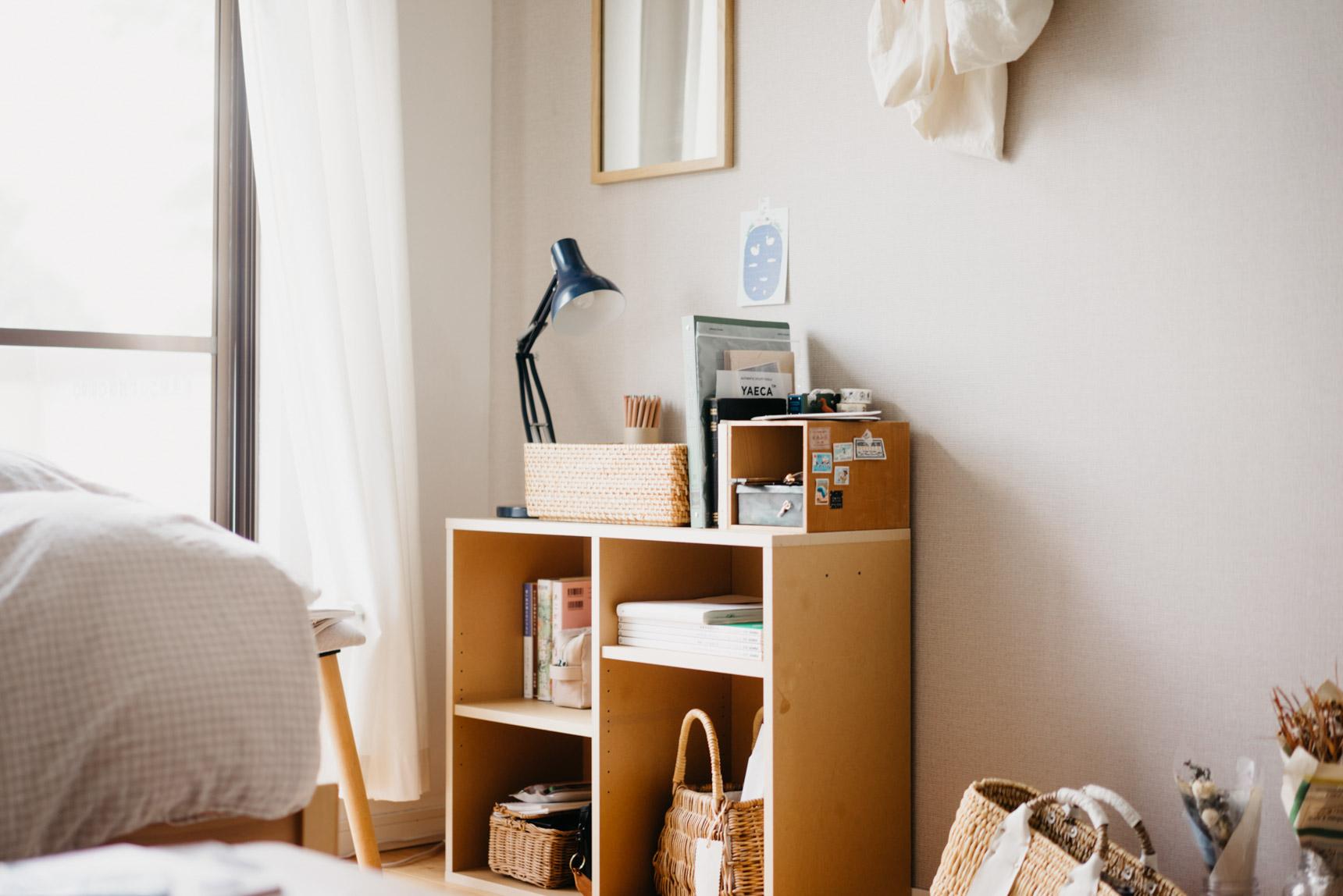 ベッドの横にも、無印良品のパルプボードボックスを置いて。お手頃価格の商品ですが木の色と合うのでとても良いですね。