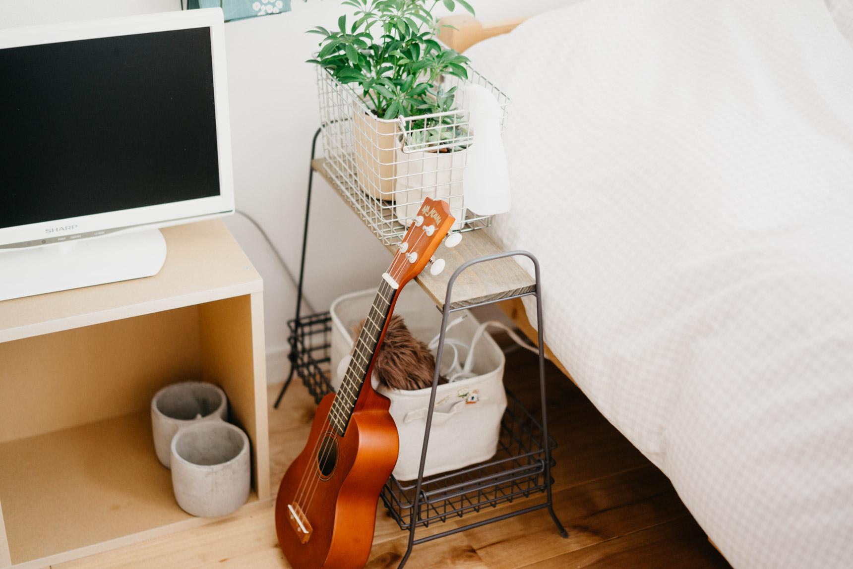 ベッド横の棚はsalut!のもの。ただ上に乗せるのではなくて、カゴを合わせて中にしまうようにするだけで、印象が変わります。