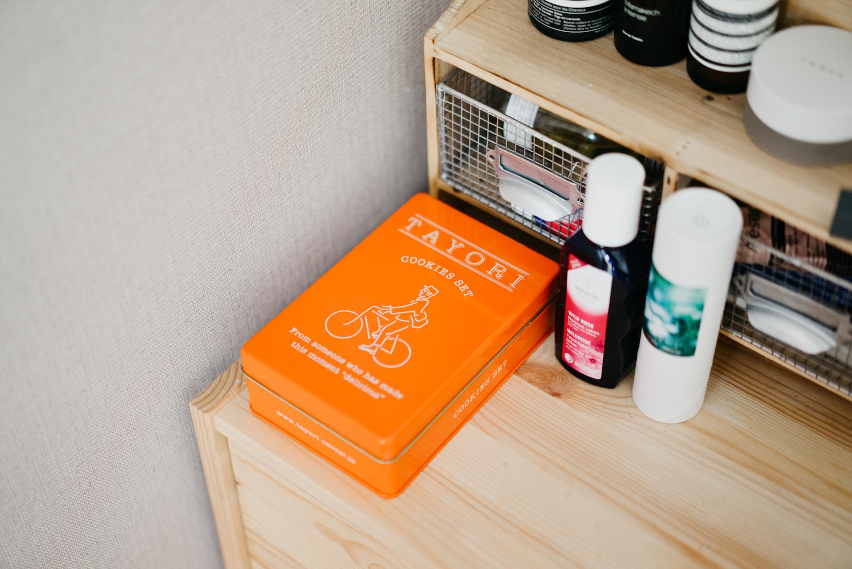 クッキー缶などを収納に用いることも。こちらは、谷中にあるTAYORIのもの。(TAYORI紹介記事はこちら https://www.goodrooms.jp/journal/?p=30185)