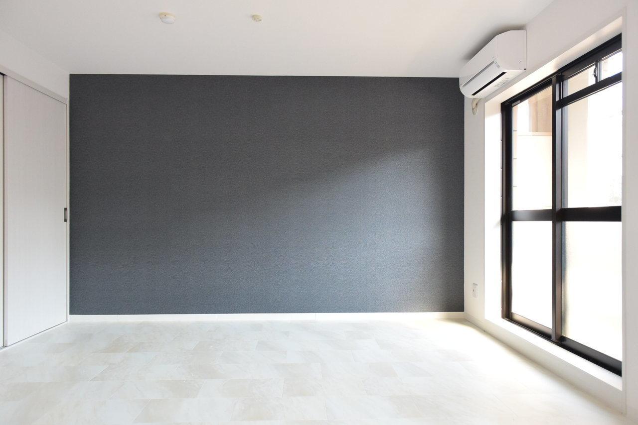 シックな壁紙が印象的なこちらのお部屋。築20年ほど経っていますが、フルリノベーションしたてのため、あまり古さは感じられません。