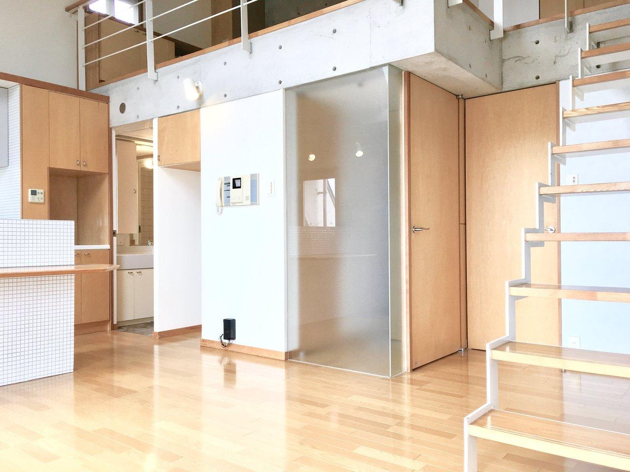 木の温かみと打ちっぱなしのクールさがミックスされた、ホット&クールなお部屋。広めの階段を上がれば、ロフトスペースも。天井が高くて気持ちの良いお部屋ですね。