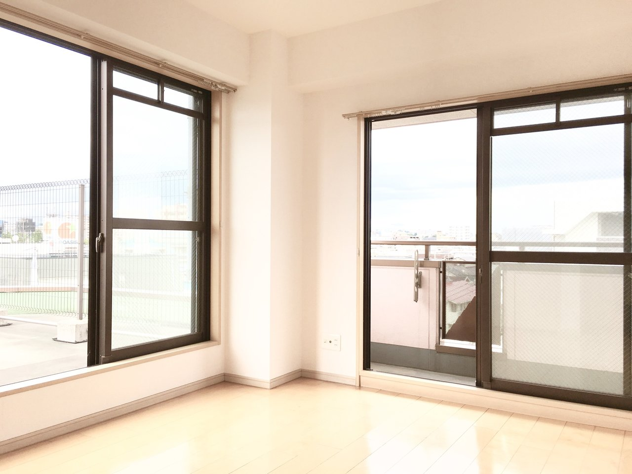寝室側も2面採光で大きな窓が。明るい光で目覚めることができそうですね。