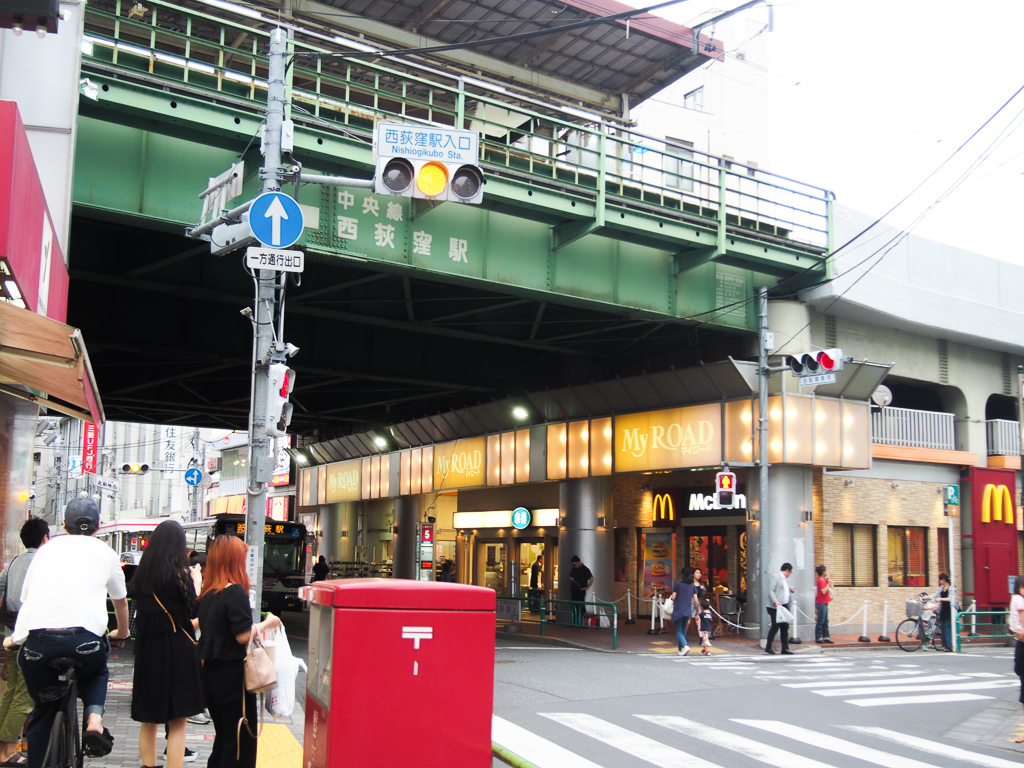 駅前には西友などがあり、とても便利です。