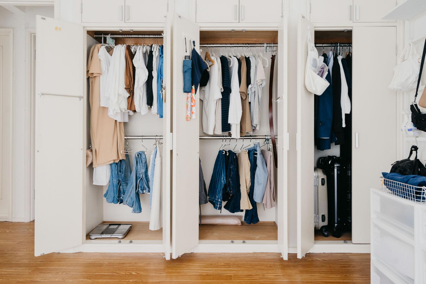 隣の部屋にはクローゼットがあり、主にご夫婦のオンシーズンのお洋服がまとめられています。こちらもシンプル!