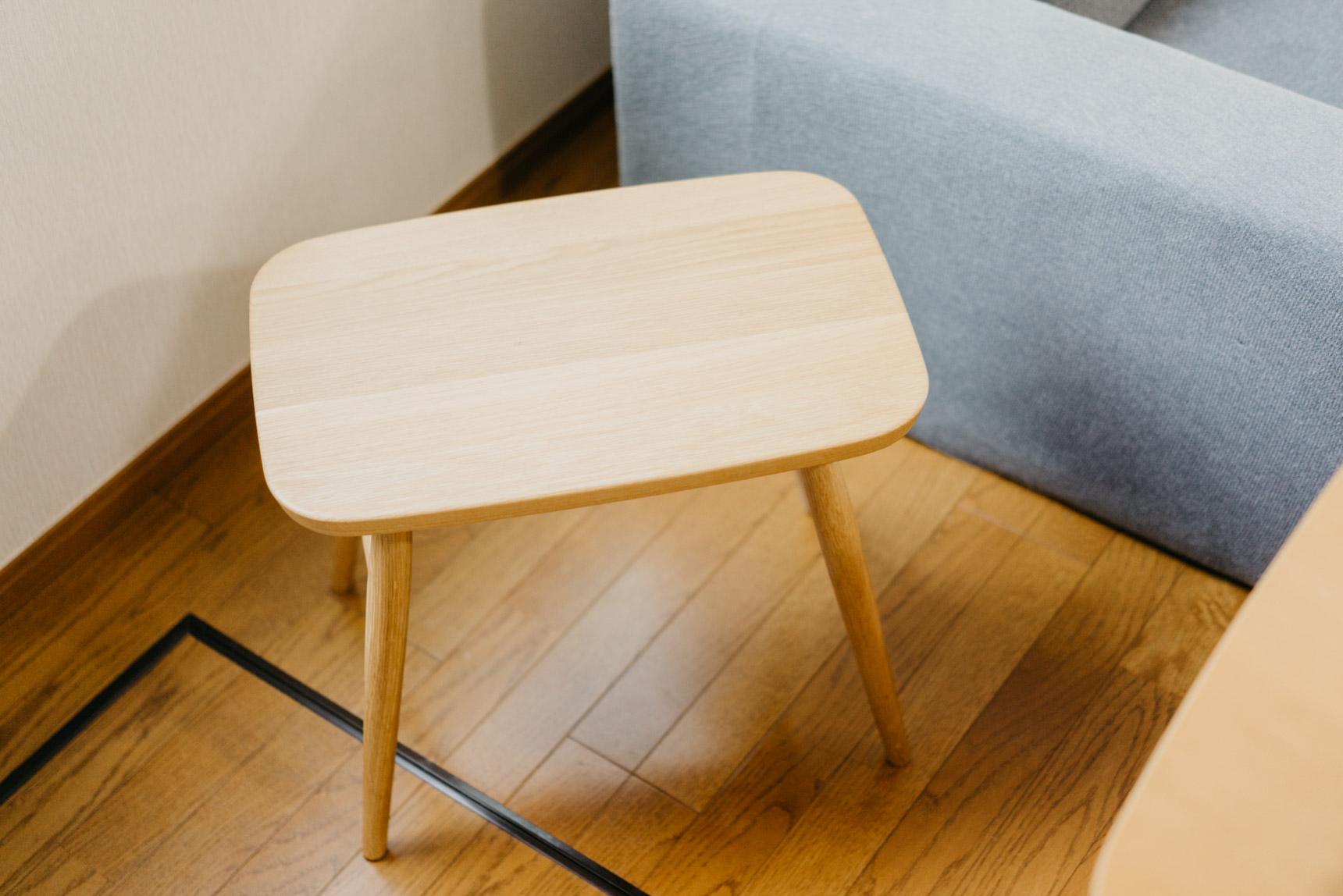 フラットな横長の座面、コーヒーカップや雑誌を置いても余裕がありそうで、これは便利ですね!