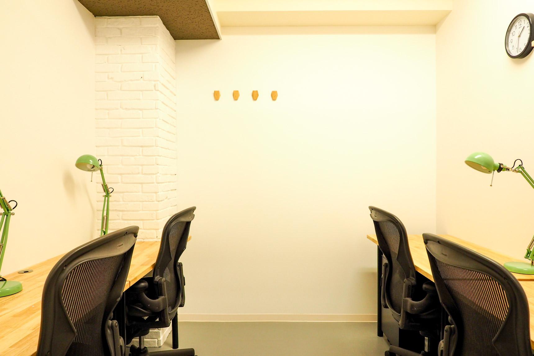 白い壁にウッド製のデスクで、こちらも温かい雰囲気のブースです。