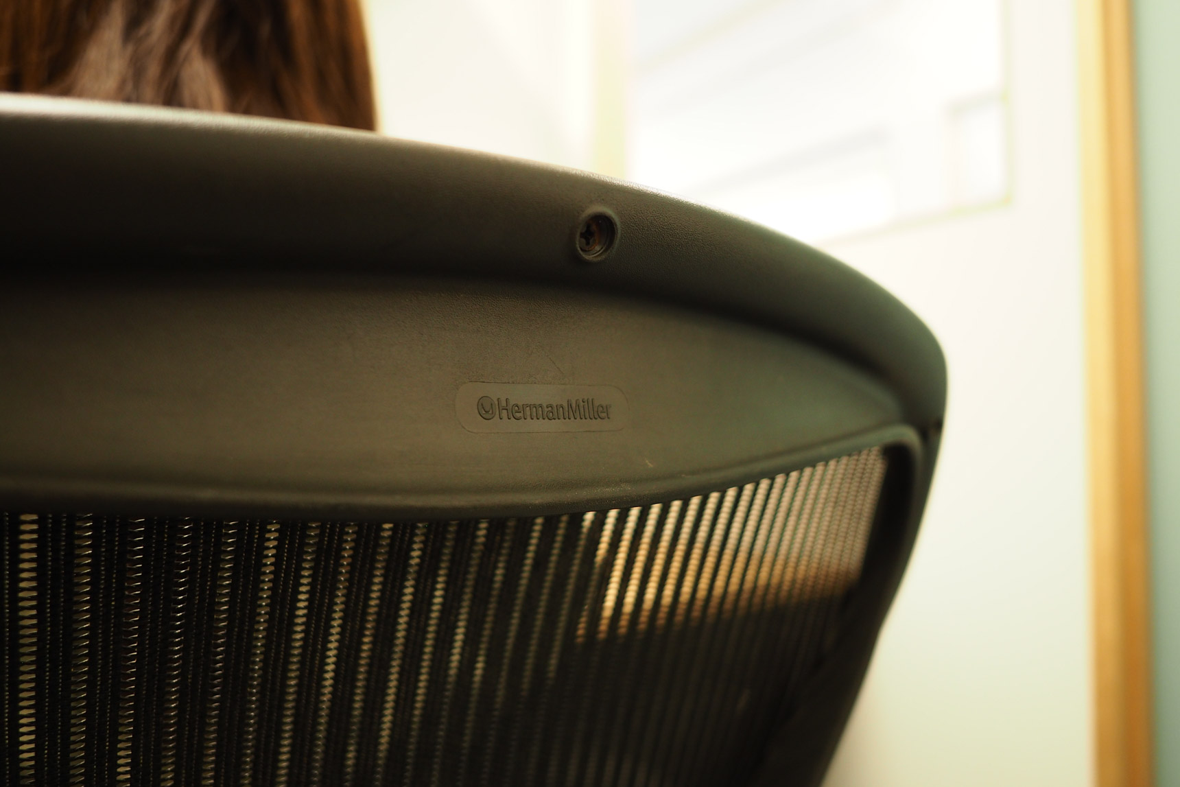 椅子はハーマンミラーのアーロンチェアでした。デスクワークの長い人に圧倒的に支持されるブランドだけあって、座り心地の良さが違います。