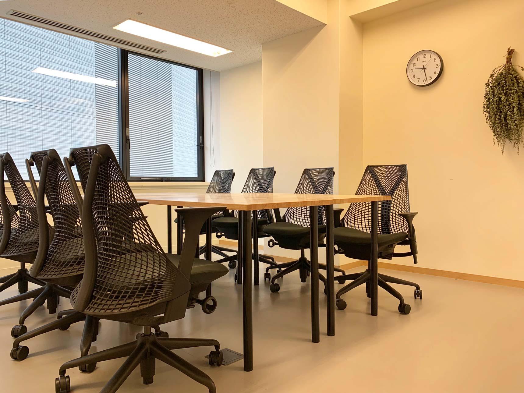 少し広めの8名用も。しっかりと仕切られた空間なので落ち着いて会議ができます。