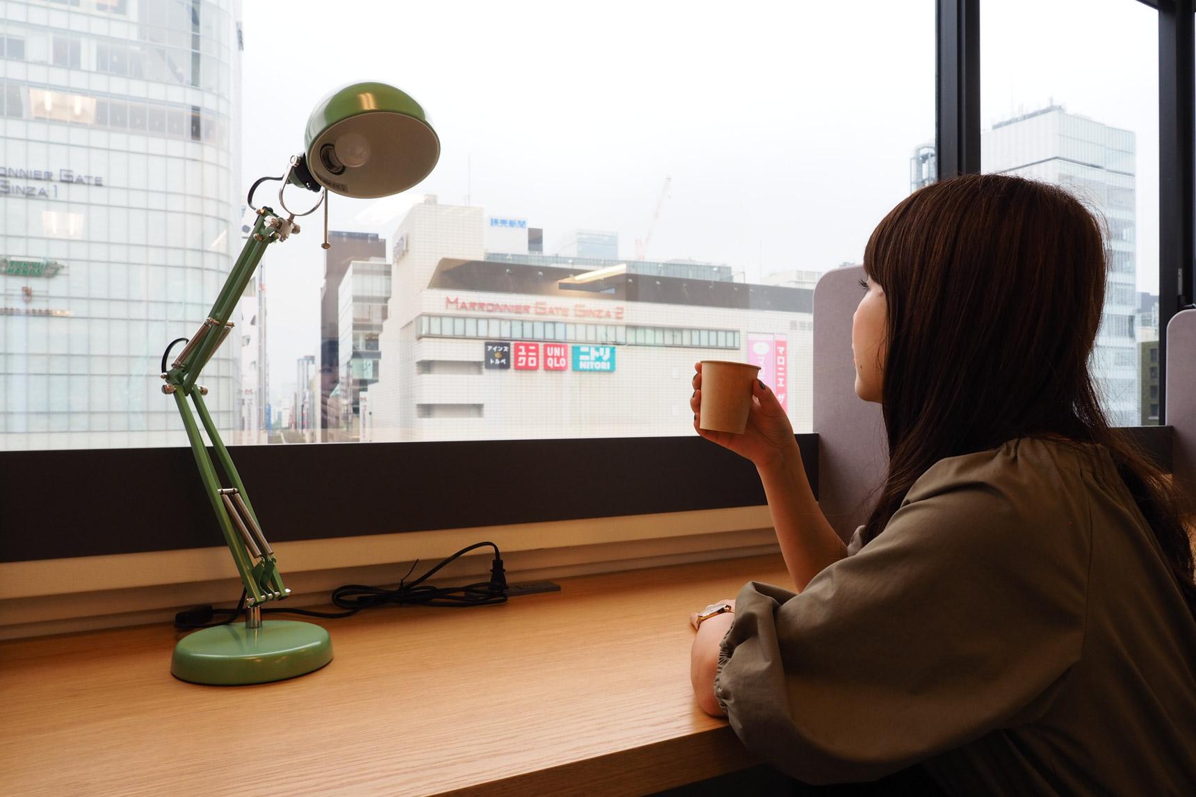 カウンター席で、コーヒーを飲みながらひとやすみ。