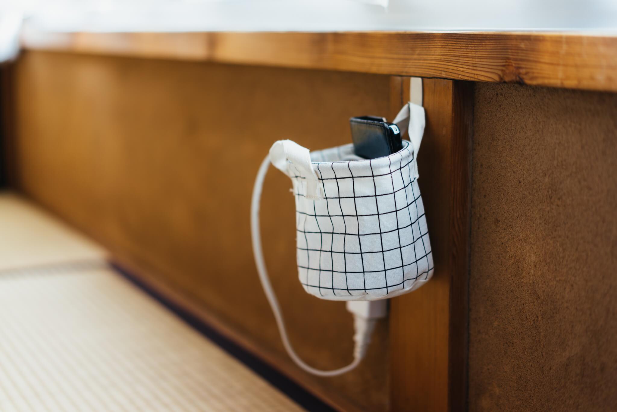 コンセントにさしっぱなし、置きっぱなしになりがちな携帯の充電器も、床には絶対に置かない。(このお部屋はこちら)