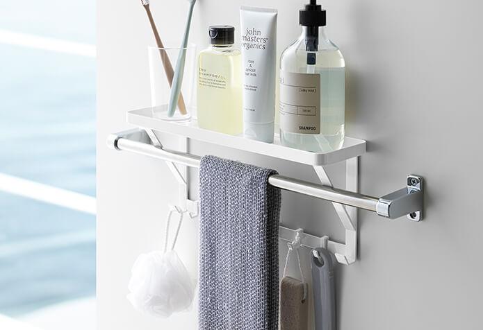 収納場所が…ない…!という場合におすすめなのが、タオル掛け上ラック。水に濡れない位置に、一気に必要なものの置き場所を作ることができます。(アイテム紹介はこちら)