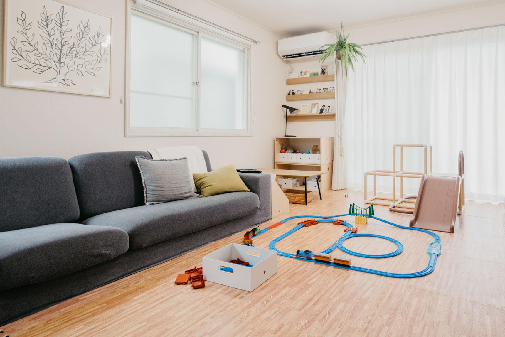 こちらのお部屋では、お子さんのおもちゃがソファの下に入り込むのを防ぐため、もともとついていた脚をとってセッティング。どうせ埃がたまっちゃうなら、そもそも隙間を作らない!というのもアリです。(このお部屋はこちら)