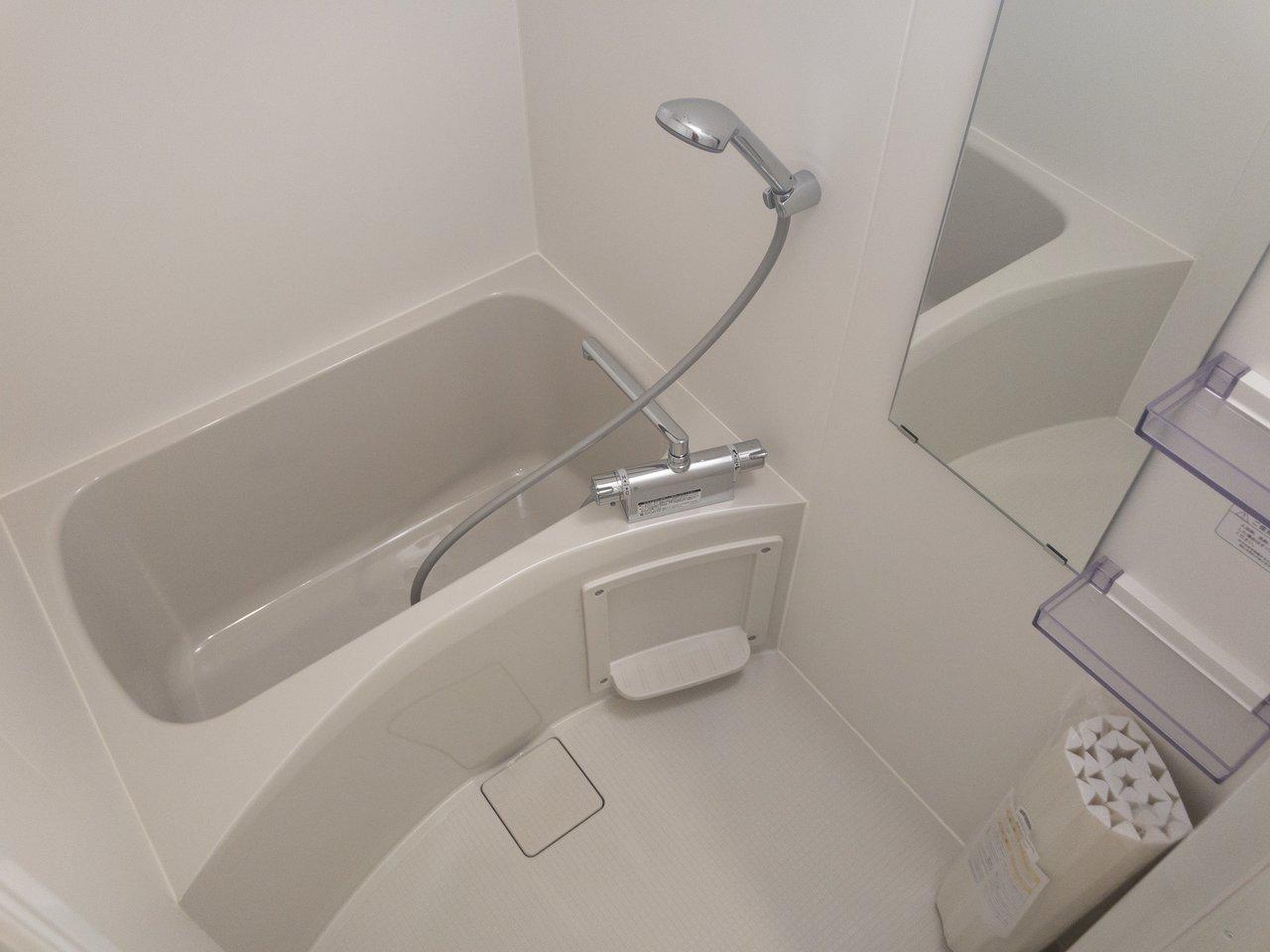 お風呂はゆったり、バストイレ別です。ベランダがない分、浴室乾燥機があるので、洗濯物はこちらで干しましょう。