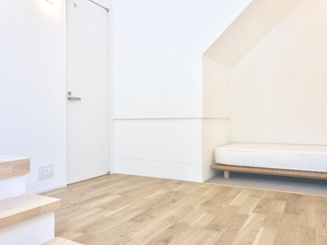 白い壁に明るい木目のフローリングのこちらのお部屋。お部屋全体がパッと明るい印象です。