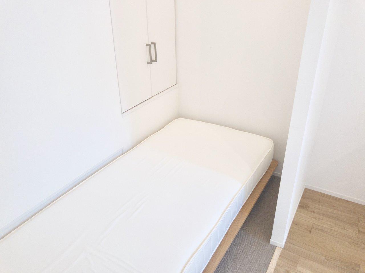 ベッドルームにもちょっとした仕切りがあるので、気分的に寝室と居室部分を分けられる気がしますね。奥には収納スペースも。