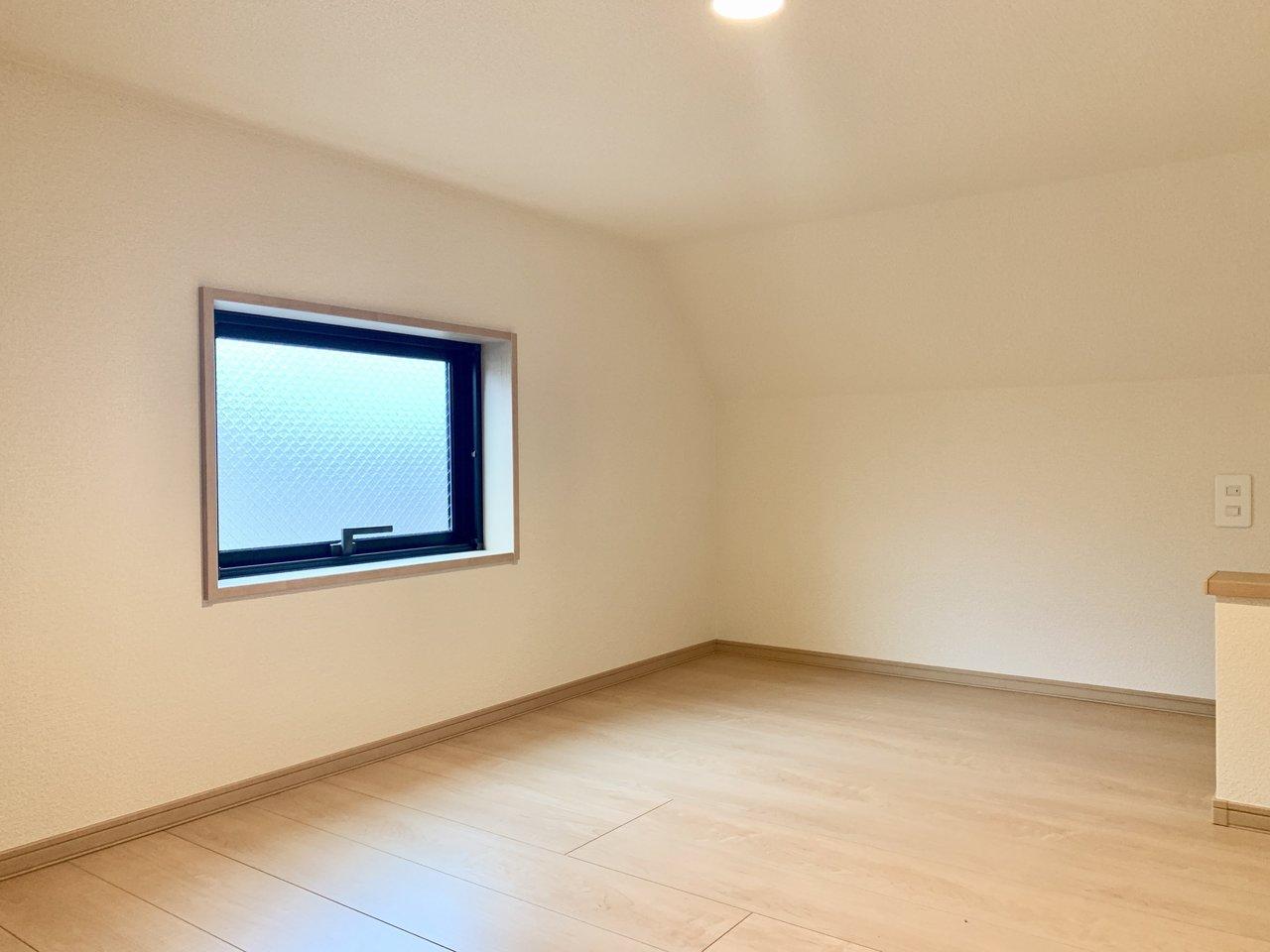ロフト部分も膝立ちで歩けます。窓もありますよ。ベッドを居室に置かなくていいだけで、広く使えそうです。