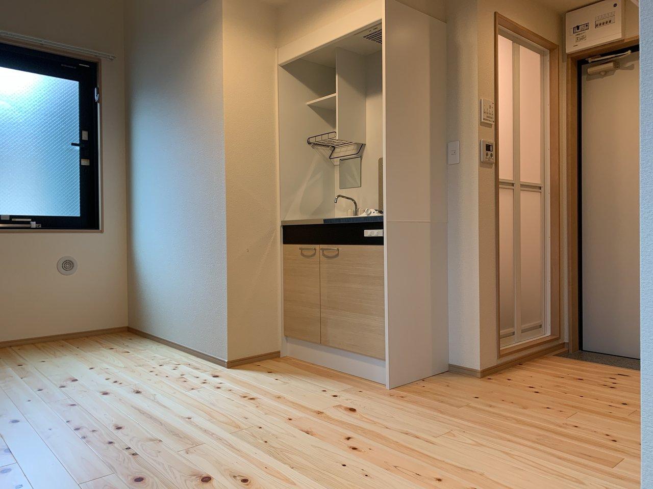 キッチンは小さいながらもコンロ・シンクがあります。仕事が遅くまであって外食が多い方のほうがよさそうですね。