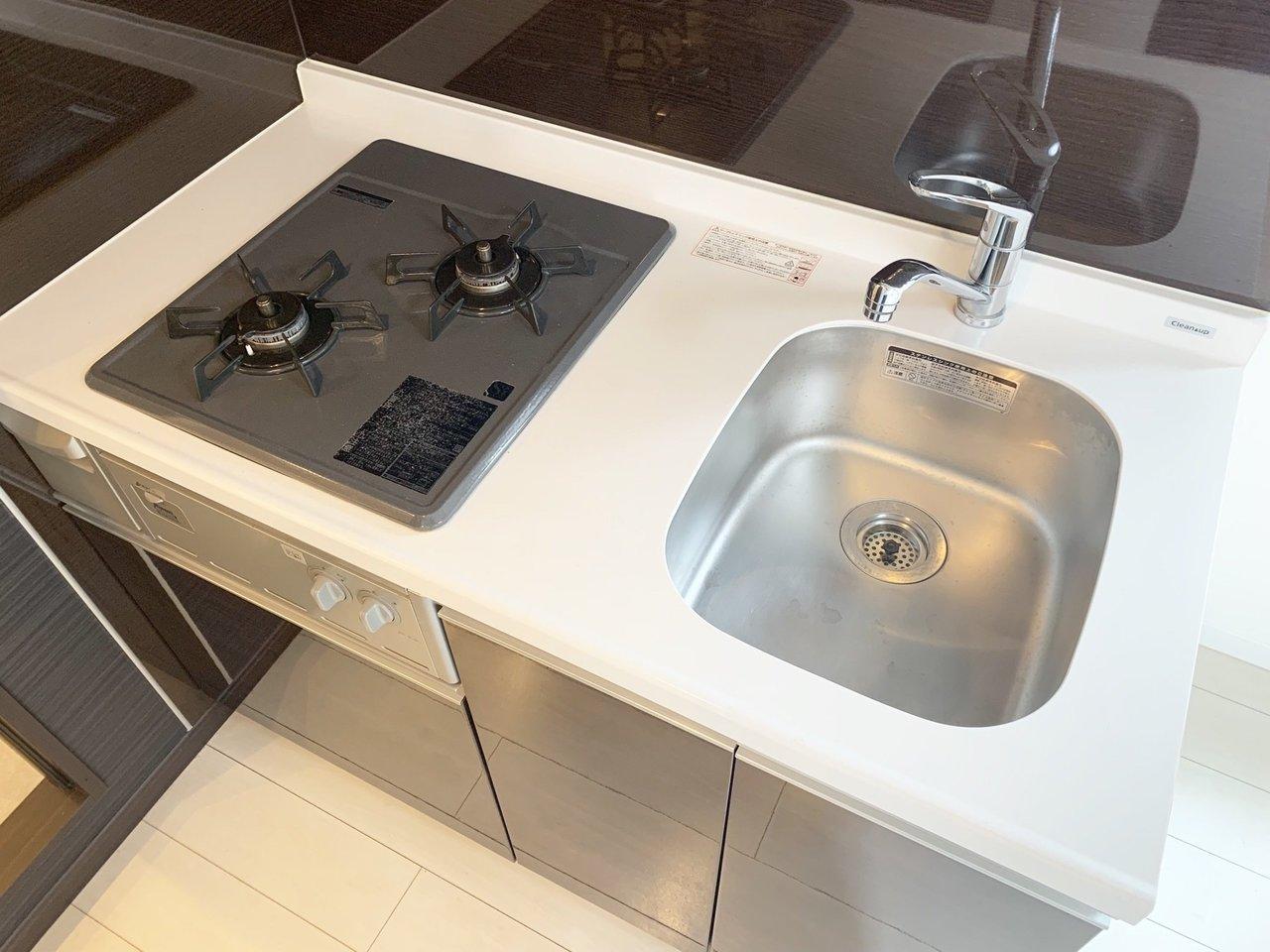 キッチンもコンロは2口あります。隣には冷蔵庫を置けるスペースもありますよ。自炊もそこそこしたいなら、キッチンまわりの設備も大事ですね。