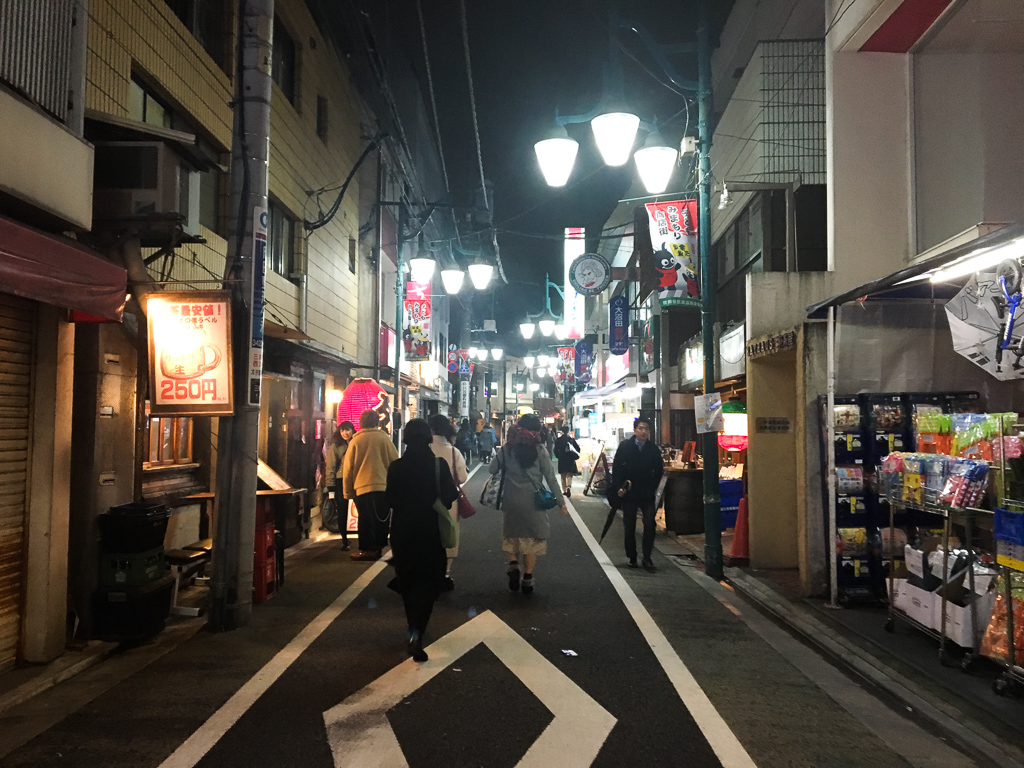 いわずもがな、人気の街「三軒茶屋」。渋谷から田園都市線で2駅。飲食店もスーパーも、何でもそろう街。お酒が好きな方にもおすすめです。