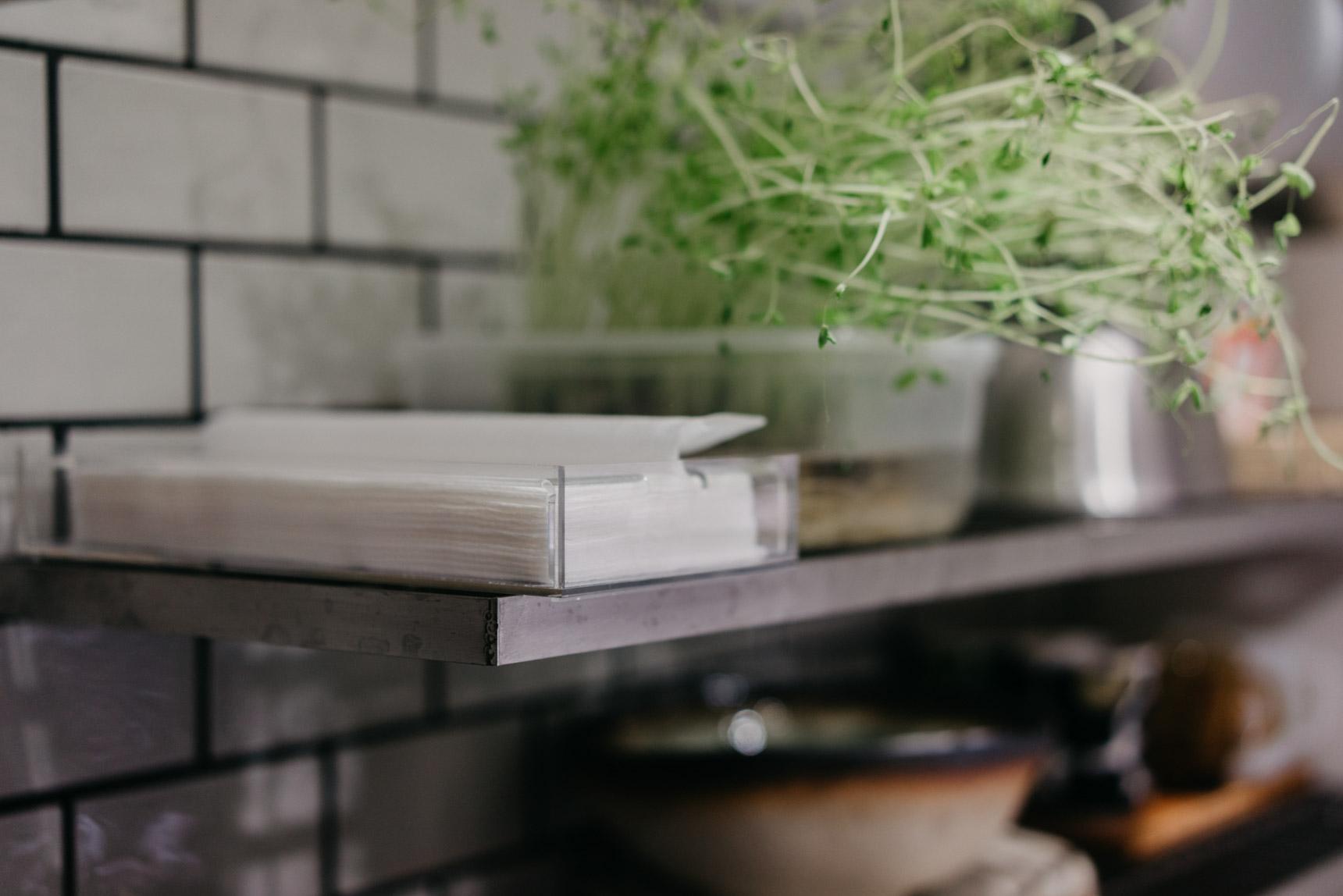 キッチン・バスルームの「ちょっと拭き」に便利。無印良品の「重なるアクリルボックス」でペーパータオル置き場をつくろう