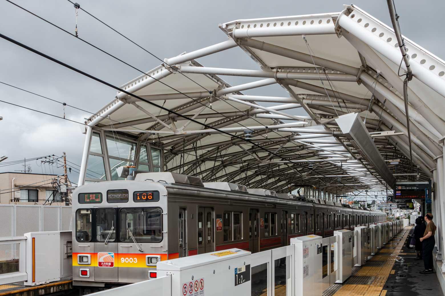 緑が丘駅に到着。駅舎の構造が非常にカッコよく、訪れるたびにレンズを向けてしまいます。