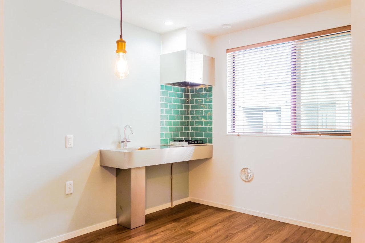 特に水回りのデザインにこだわった、おしゃれな一室。タイル張りのキッチンがキュート!