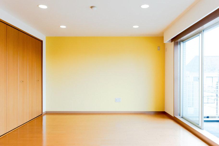 南向き、最上階、二面採光と、嬉しい条件が揃ったお部屋です。全体的にキュートな空間に仕上がっていますが、窓枠など一部設備はインダストリアルな雰囲気が漂っていて、程よいギャップ感を生み出しています。
