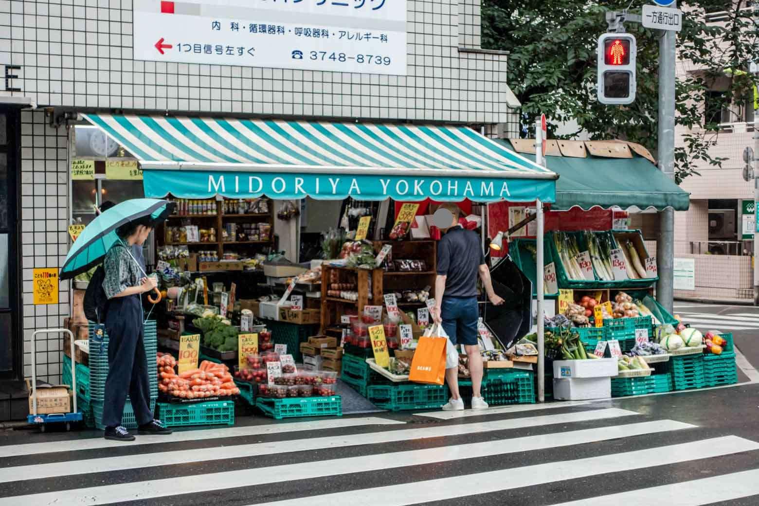 いい感じの青果店を発見。ひっきりなしにお客さんが訪れていました。