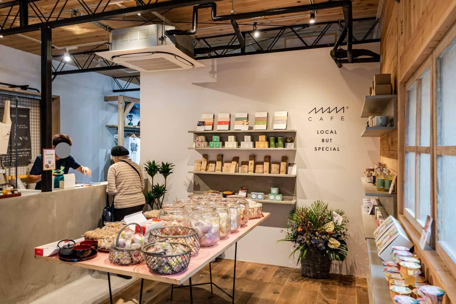 日本各地の美味しいお菓子や飲み物などが取り揃えられています。