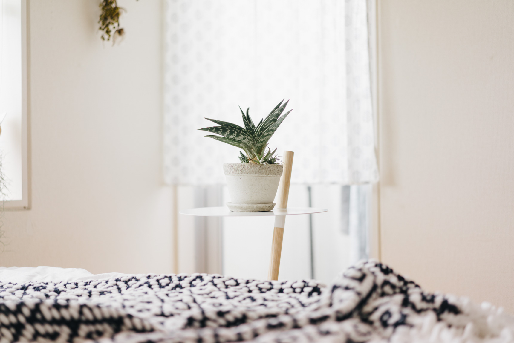 ベッド横のサイドテーブルはDUENDEの「TUBE & ROD」。