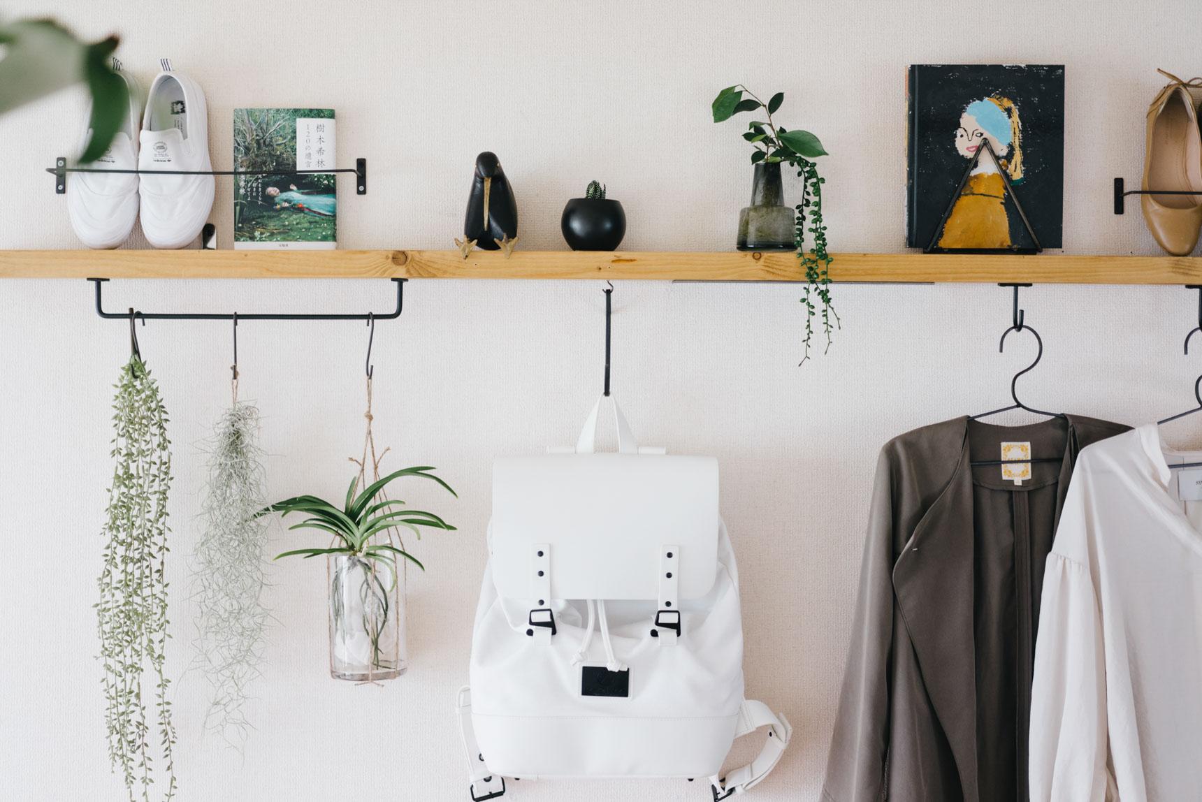 ホームセンターで購入できる2×4材を棚受けブラケットを使って取り付けた、シンプルな棚。