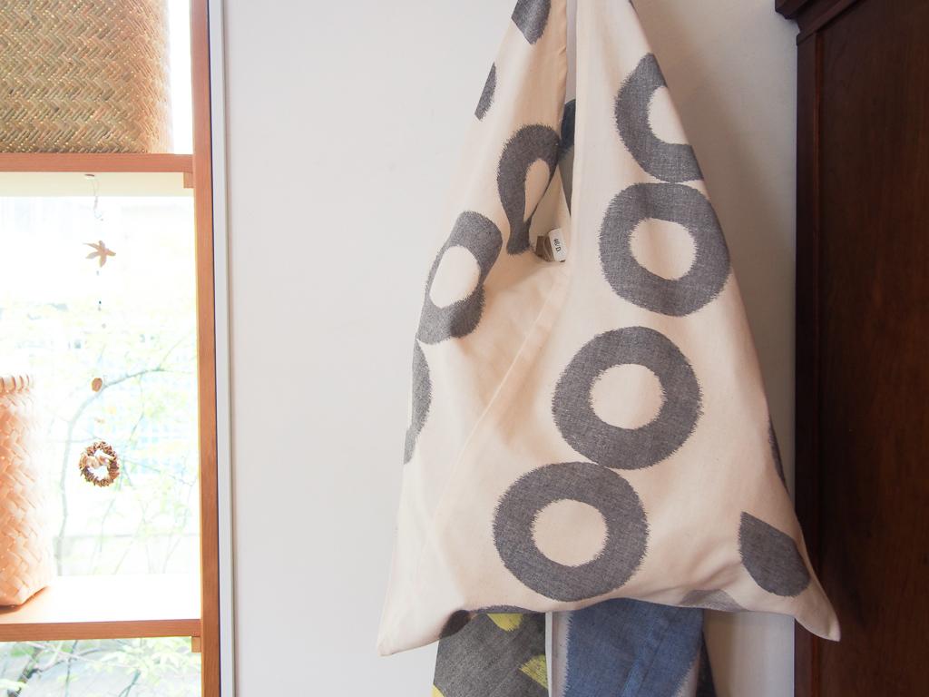 久留米絣の布を加工したバッグ。布だけでは手に触れることがなかったものも、こうしてバッグとなって形を変えると、手に取りやすい。
