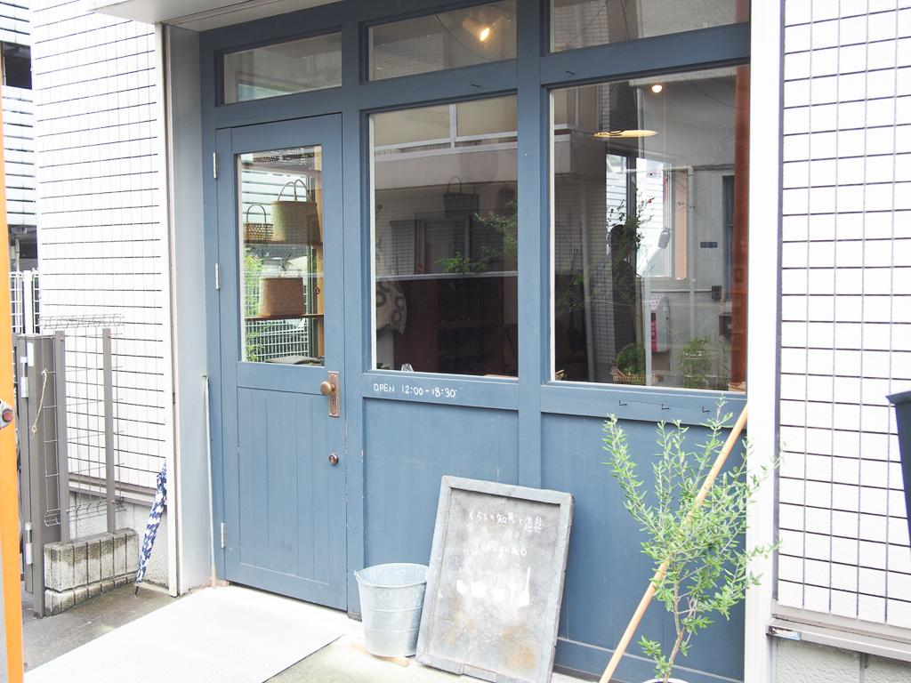 淡いブルーの扉が目印です。
