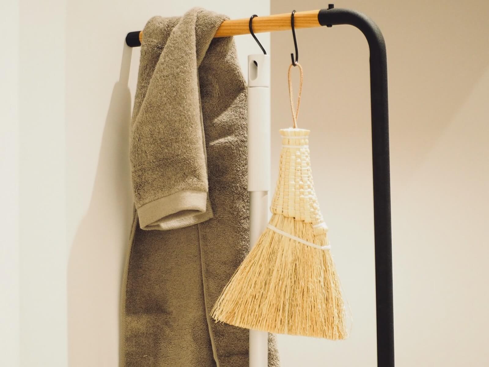 コートやバッグだけでなく、お掃除用具をまとめて掛けたり、ドライフラワーを飾ったりと使い方は様々。