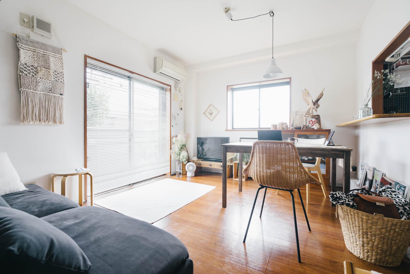 窓がたくさんあるLDK。木のぬくもりを感じる家具が多く、落ち着きます。