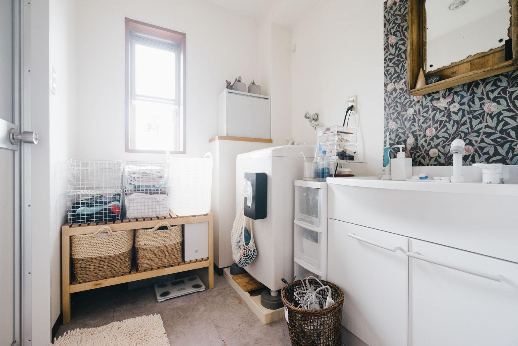 洗面スペースがとても綺麗に整っていて、素敵だなぁと思いました。床には大理石調のフロアタイルが敷かれています。