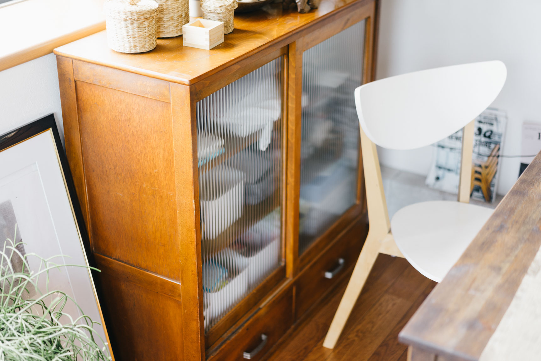 「中がほどよく隠れる磨りガラスの棚をずっと探していて。3ヶ月ぐらい探して見つけました」というリビングの収納棚は、古道具のお店「紫山」(http://shizan.ocnk.net/)で購入。