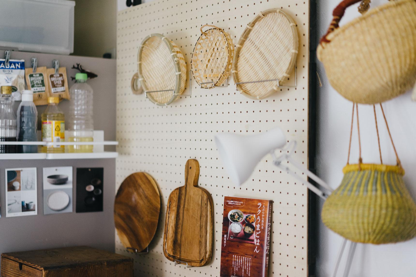 素敵なカゴのコレクションは、つっぱり棒と有孔ボードで作った「見せる収納」に飾って。