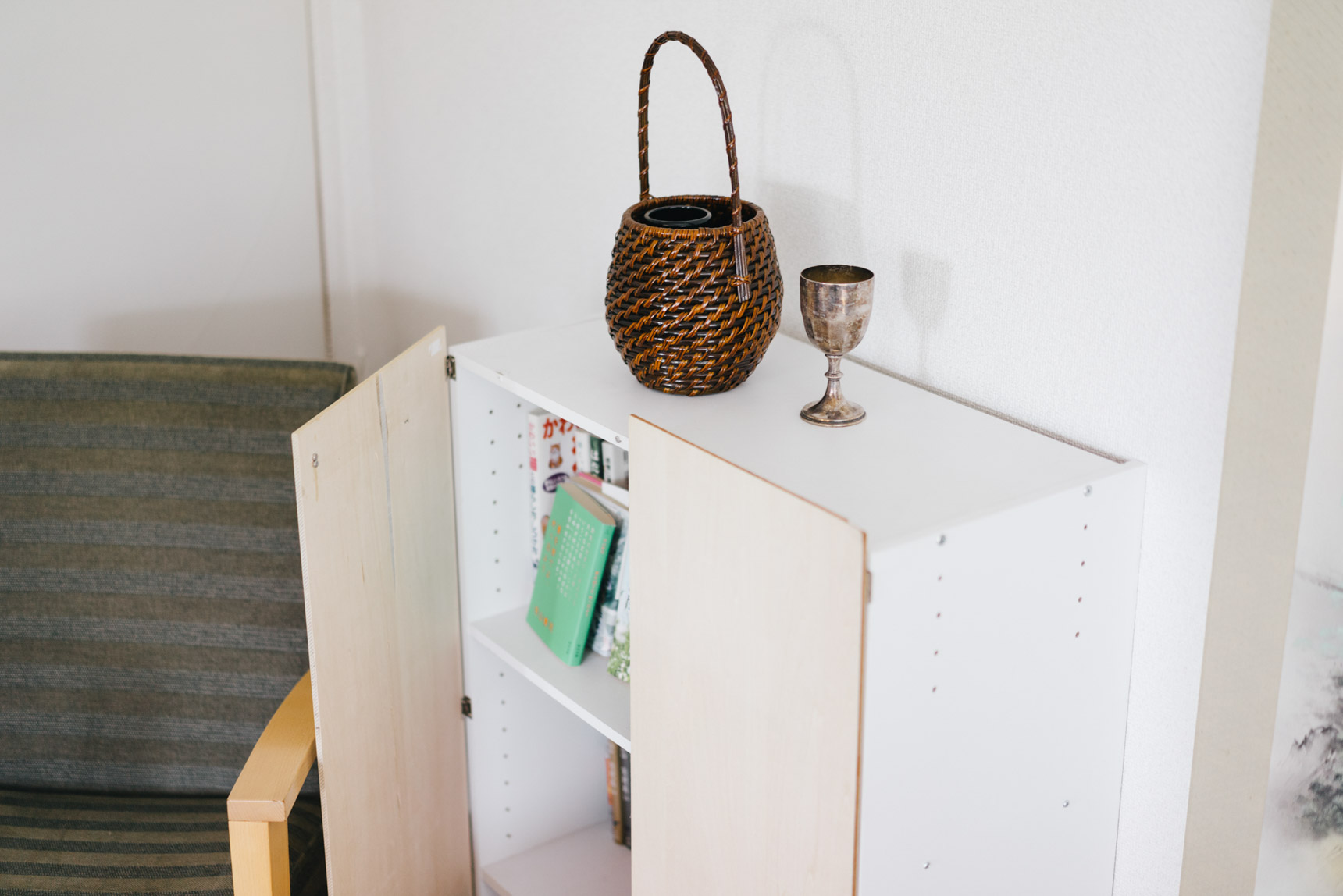 本や漫画をしまってあるカラーボックスは、蝶番で板をとりつけて扉に。これがあることで、かなりすっきりとした見た目になります。上部にはマグネットが付いていて「カチッ」と閉まるのが気持ち良い。
