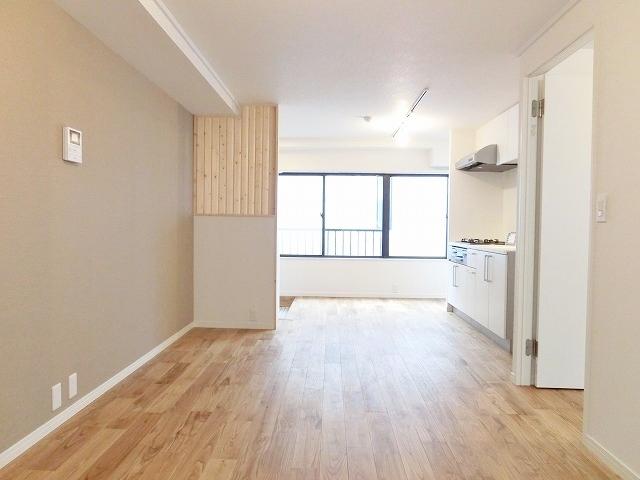 無垢フローリング、ライティングレール、白い建具の3点が揃ったgoodroomのリノベーション賃貸「TOMOS(トモス)もぜひどうぞ(TOMOSはこちらから)