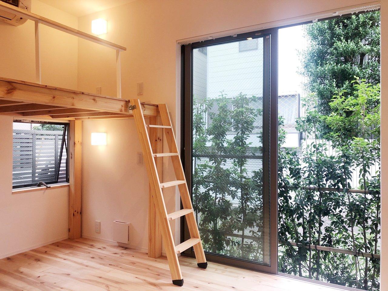 窓から見える緑と、無垢床の温かさと暖色ライトが合わさって、部屋全体が自然を感じる気持ちのよい空間。無垢床がふわっと香って、帰ってくるたびに幸せな気持ちになれそう。